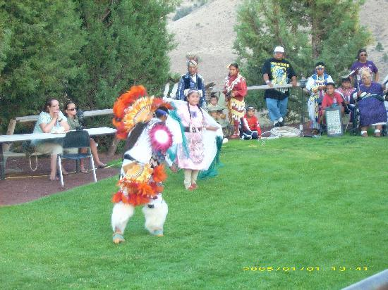 Kah-Nee-Ta Resort & Spa: Fun salmon bake tribal dance.