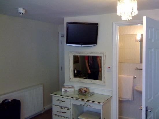 The Twenty One: TV and dressing table