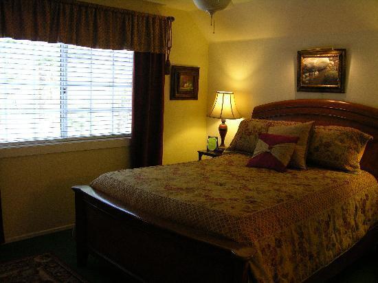 Rainbow Inn Bed & Breakfast: Strawberry Creek Room