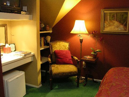 Rainbow Inn Bed & Breakfast: Music Box Room