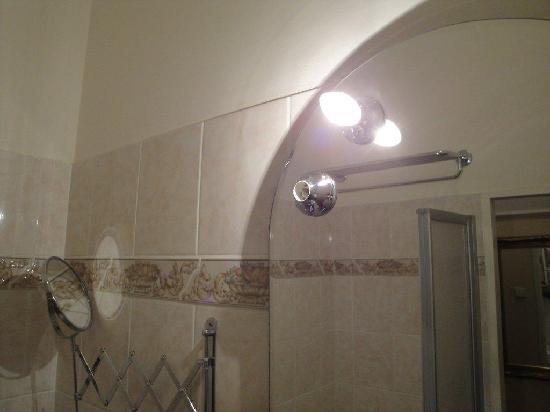 Hotel Athena Palace: falta la bombilla en el espejo