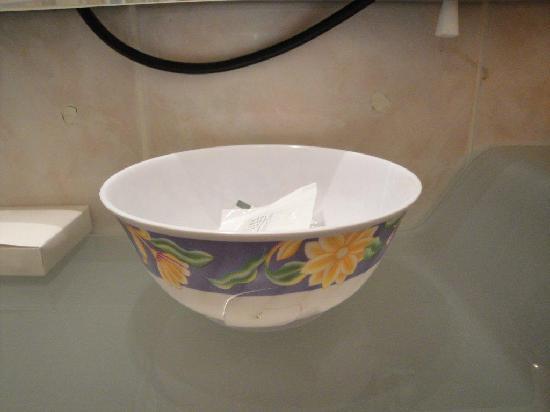 Hotel Athena Palace: en esta taza de plastico rota y sucia se pone el jabon