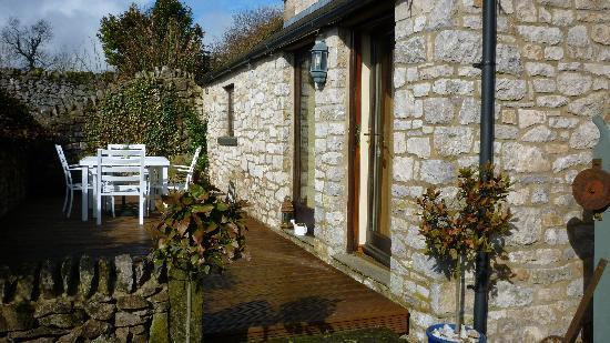 Blakelow Farm Holiday Cottages: patio at back of property