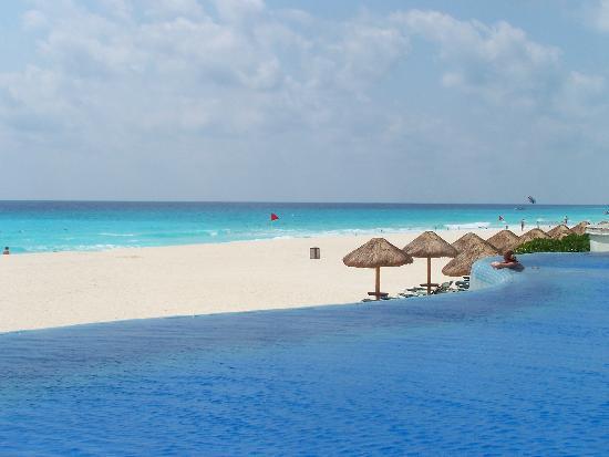 JW Marriott Cancun Resort & Spa: Edge of Infinity Pool