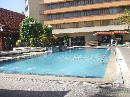 The pool picture of dusit thani manila makati for Affordable pools near metro manila