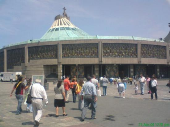 Basilica de Santa Maria de Guadalupe: Vista del Santuario de la Virgen de Guadalupe