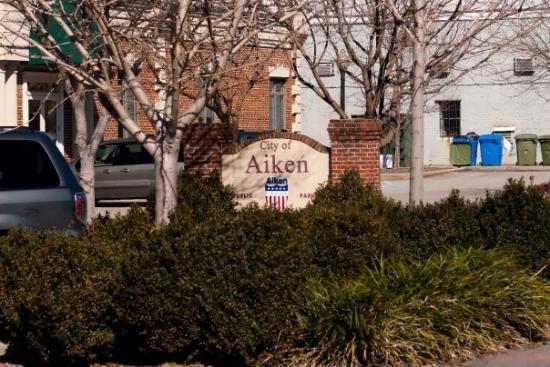 Aiken, ساوث كارولينا: City of Aiken, public parking (NO FEES for Parking, do you hear that City of Ottawa?!?)