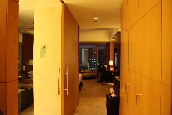 Shangri-La Hotel, Tokyo: you can just see the shower on the left - it's huge