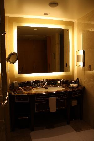 Shangri-La Hotel, Tokyo: beautiful and spacious bathroom area