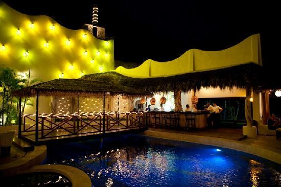 Hotel Playa Fiesta: The pool area at night