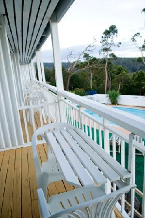 Kingfisher Motel: balcony overlooking the pool, the sea and merimbula town