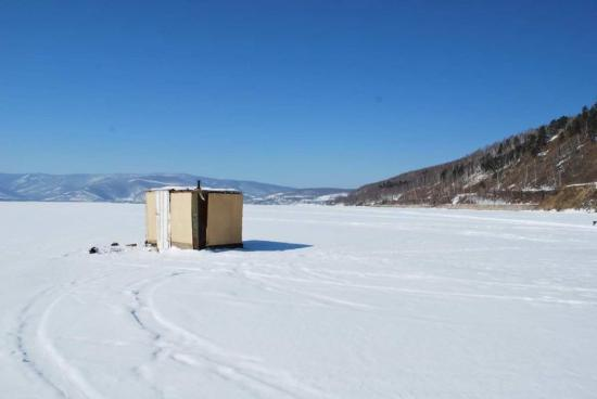 Irkutsk, Russland: a hut on the ice
