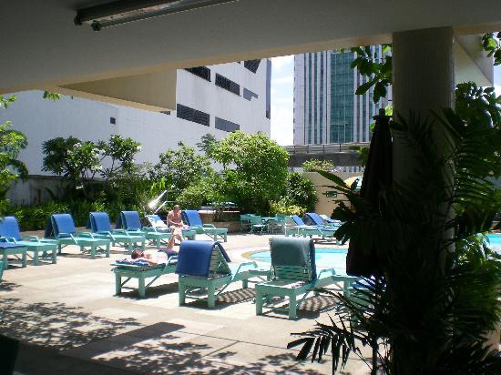 Nana Hotel : 大きくはないがまあ満足のプール