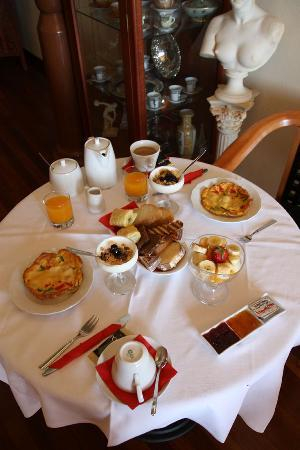 Casa Leone Boutique Hotel: Antonia's Breakfast Table
