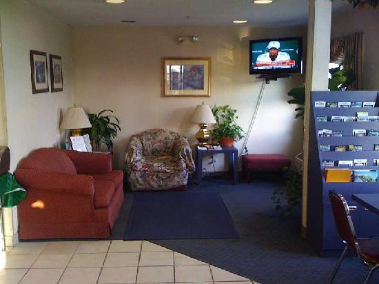 Microtel Inn by Wyndham Champaign: Lobby-worn stained furniture