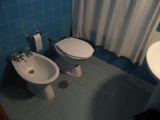 Albergaria Valbom: El baño sale mejor de lo que es por la iluminacion del flash NO HAY CASI LUZ