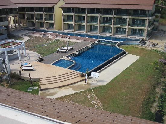 Lanta All Seasons Beach Resort & Spa: Pool area and construction