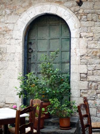 Στοά Λούλη: Bronze door