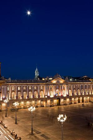 Le Grand Balcon: OVERLOOKING CAPITOLE PLACE