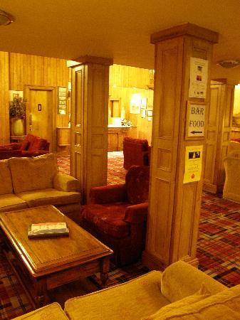 Connemara Gateway Hotel: entrée avec salon cheminée et accueil