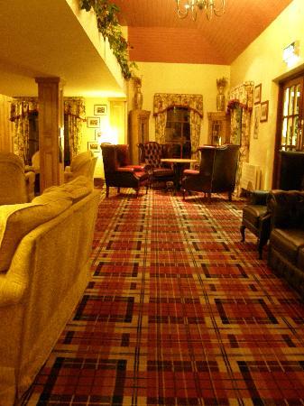 Connemara Gateway Hotel: entrée avec salon et tapis typique