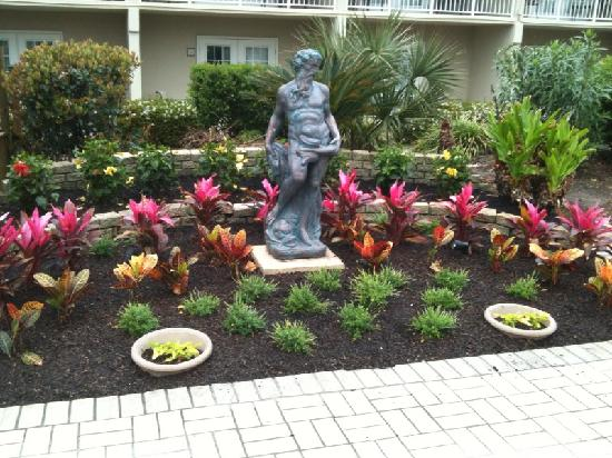 Four Points by Sheraton Destin- Ft Walton Beach: Just one of the artistic garden nooks you'll find in the outdoor atrium by the pool and hot tub.