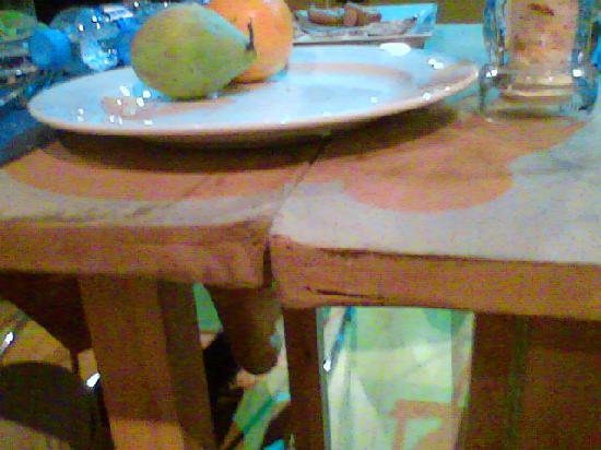 Sansi Pedralbes: Questo e' uno dei tavoli della sala da pranzo: Uguale a quello che usa il decoratore per prepara