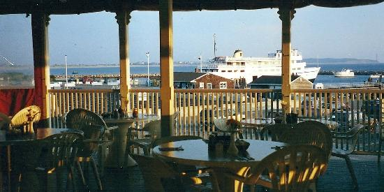 Finn's Seafood Restaurant: Upper deck overlooking the harbor