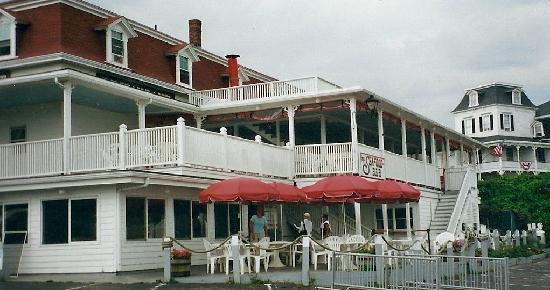 Finn's Seafood Restaurant: Lower level outside section