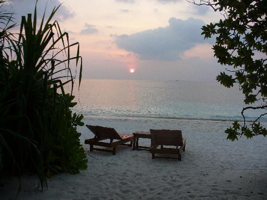 Reethi Beach Resort: Sunset from room 144