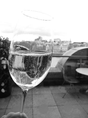 Oxo Tower Restaurant, Bar and Brasserie: Champers and a view - perfect!!