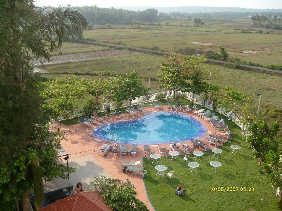 Palmarinha Resort & Suites: Quiet pool from our balcony