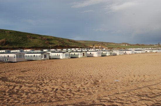 Burton Bradstock, UK: Caravan park situated in front of the beach