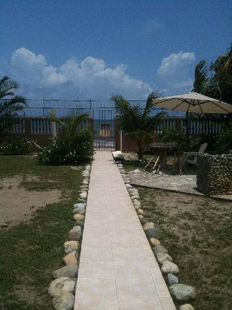 Diving Pelican Inn: Pathway to the Beach