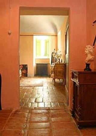 Ascoli Piceno, Italia: Villa Manici – Flur und Blick ins Zimmer