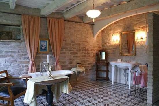 Ascoli Piceno, Italia: Villa Manici – das riesige Badezimmer im ehemaligen Stall mit wunderschöner freistehender Wanne