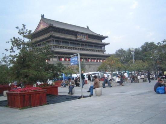 Drum Tower (Gulou): 종루 근처의 drum tower.