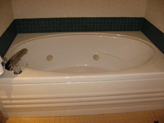 The Inn at Glenora Wine Cellars: Two person tub