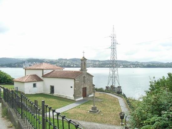 Ferrol, España: divina la parroquia al borde de la ría.. ,  lástima esa torre de alta tensión estropeando el pa
