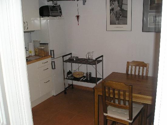 Stadtnest Bed & Breakfast and Apartment: Kitchen area
