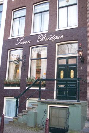 Seven Bridges Hotel: Hotel facade.