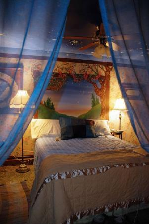 MaMere's Bed and Breakfast: Starry Night Room
