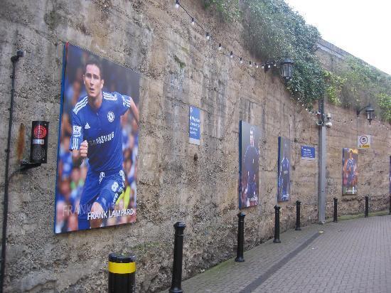 Millennium & Copthorne Hotels at Chelsea Football Club: La stradina che collega l'albergo allo Sramford Bridge