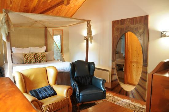 Minaret Lodge: View from the left corner of the bedroom towards the bathroom (left) and kitchenette (right) ent