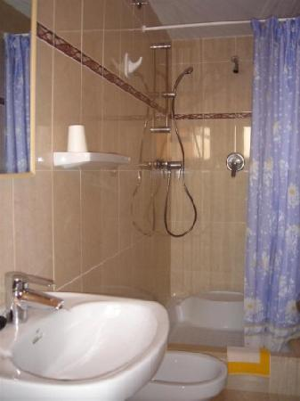 Hostal Rom: Bathroom