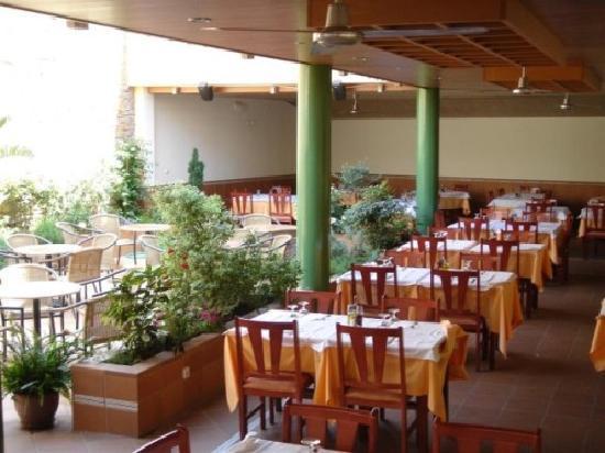 Hostal Rom: Garden Terrasse Restaurant