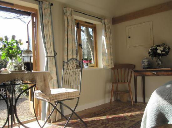 Burghurst Lodge: The accommodation includes a sofa, and breakfast area.