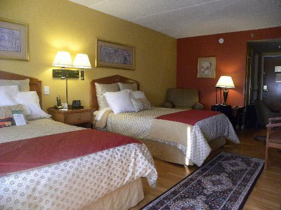Wingate by Wyndham Atlanta/Buckhead: Nice, spacious, room with hardwood flooring.