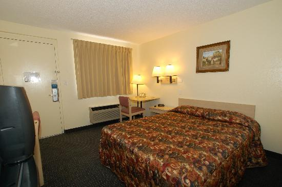Rodeway Inn: Guest room with queen bed