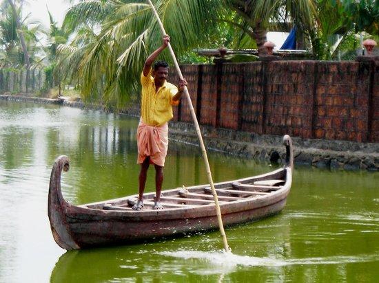 Kondai Lip Backwater Heritage Resort: Boatman taking you to the Resort